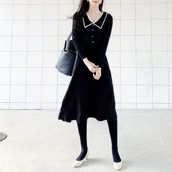 ブラックのワンピースと黒タイツにはベージュのシンプルパンプスを合わせて柔らかい雰囲気をプラスします