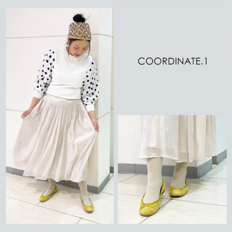 白いセーターにアイボリーのスカート、グレーのタイツにイエローのバレエシューズを合わせて元気なコーデ
