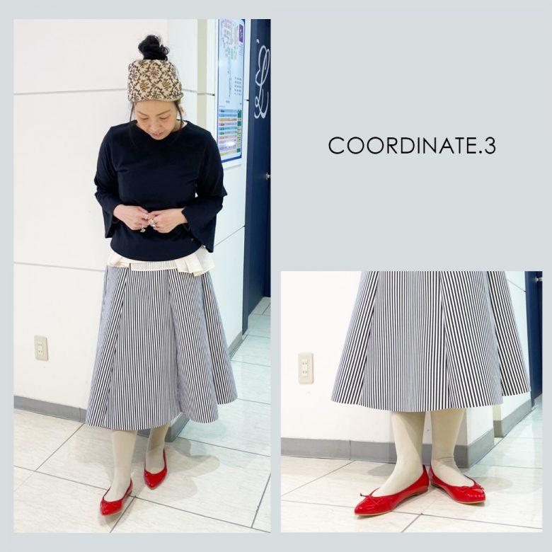 グレーのタイツに赤いバレエシューズ、ボーダースカートを合わせると 冬のマリンコーデの出来上がり。