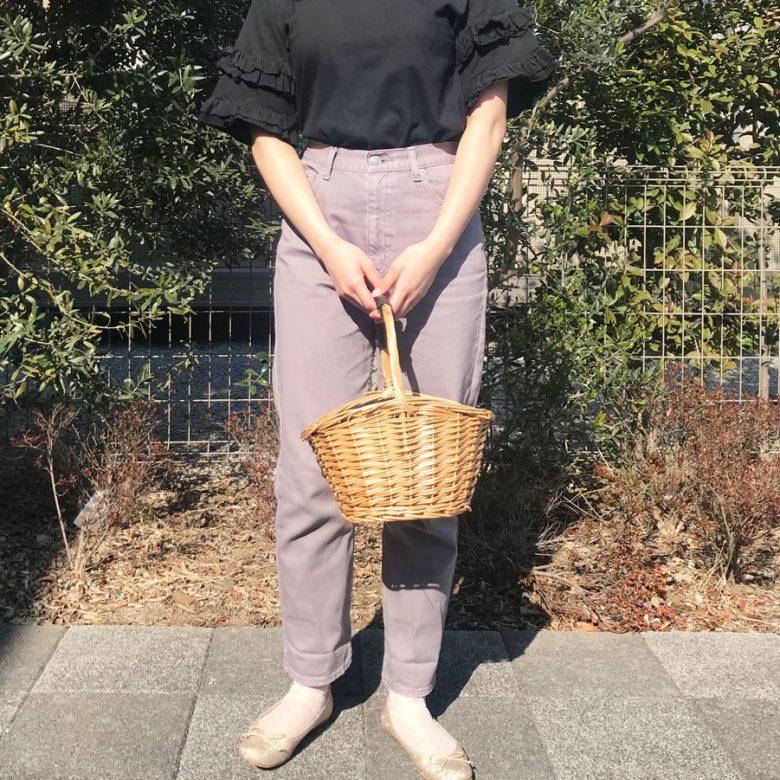 袖にフリルのついた黒のトップスとパープルの細身のボトム、小さなドット柄のシースルーソックスとゴールドグリッターのバレエシューズを合わせた靴下コーディネート