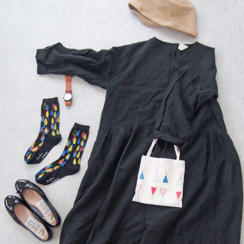 ブラックのワンピース、エナメルバレエと黒字にカラフルな柄の入った靴下を合わせたワントーンコーディネート。