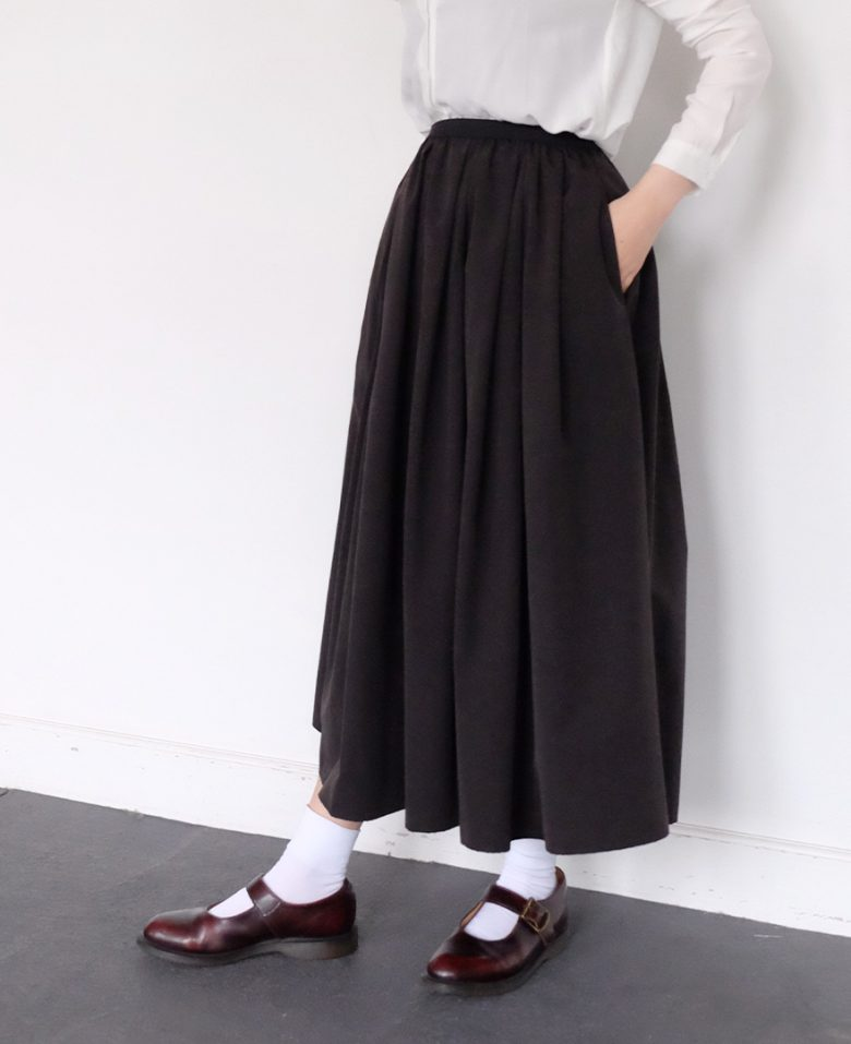 神戸山の手スカートブラックのマキシ丈とドクターマーチンのストラップシューズ
