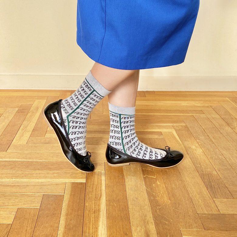 ブルーのIラインスカートにブラックのエナメルバレエを合わせ、グレー地に螺旋状の柄ソックスを合わせた個性的な靴下コーディネート