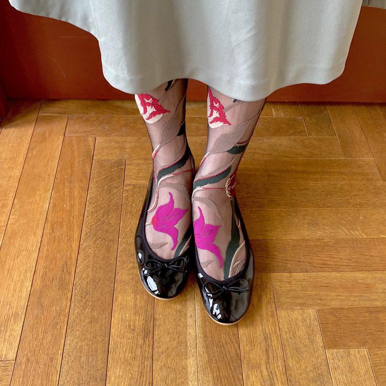 大胆な花柄のシースルーソックスにエナメルバレエブラックを合わせた上品な中にも大人の色香の漂う靴下コーディネート