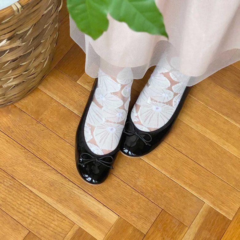 ホワイト柄のシースルーソックスとエナメルバレエブラックを合わせたガーリーな靴下コーディネート
