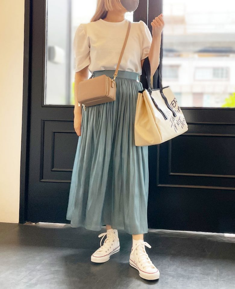 シャイニーギャザースカートのモスにホワイトのTシャツを合わせた春コーデ