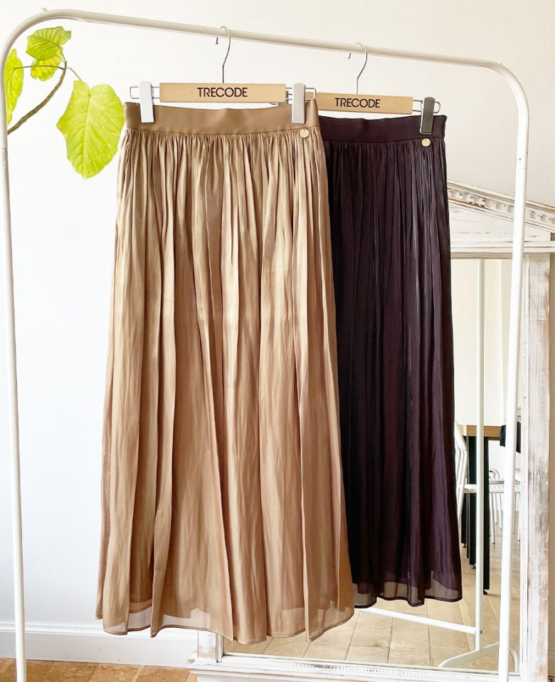 おしゃれなお母さんにもおすすめのツヤ感が上品なシャイニーギャザースカート