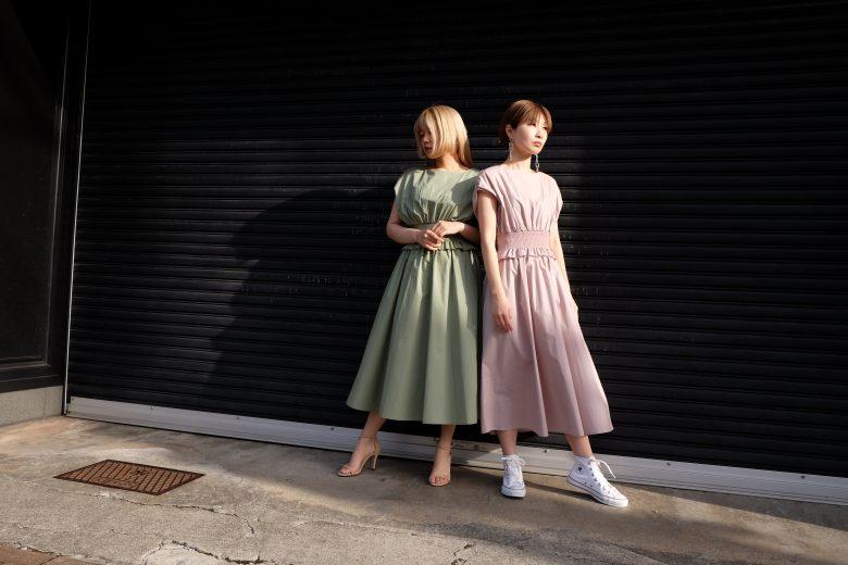 スモック刺しゅうワンピースのカーキとピンクのモデル着画像