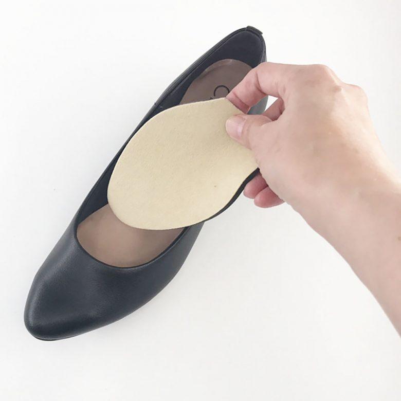 靴の前半分だけに敷くインソール「ハーフソール」はかかと脱げを防ぐだけでなく、爪先部分の衝撃も和らげます。