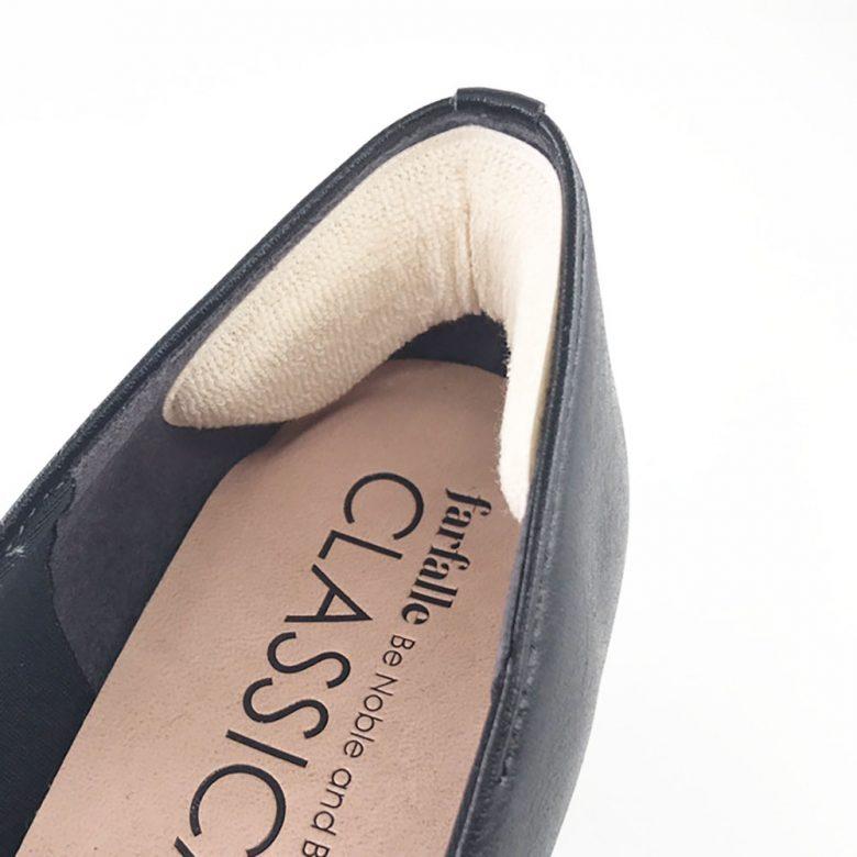 かかと脱げする靴の踵部分の隙間を埋めるかかとパッドは靴擦れ防止にもなります。