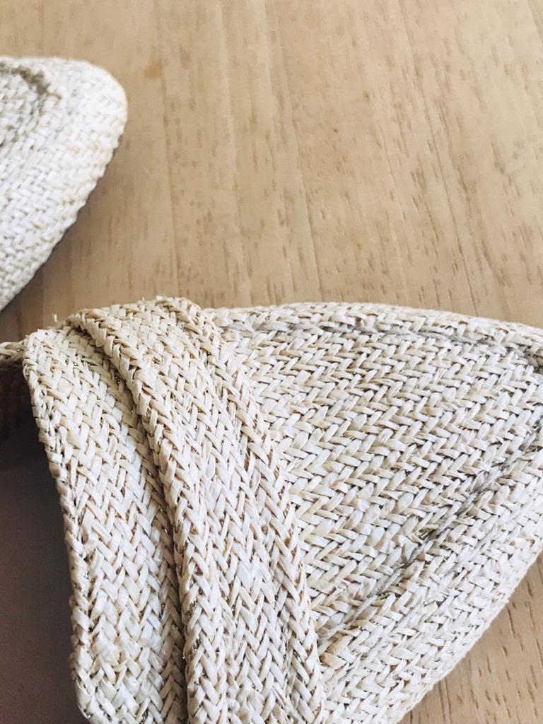 糸に金色のラメ糸が細かく編み込まれています。 ラフィア素材の持つカジュアルさに、ほんのりと上品な雰囲気をプラス