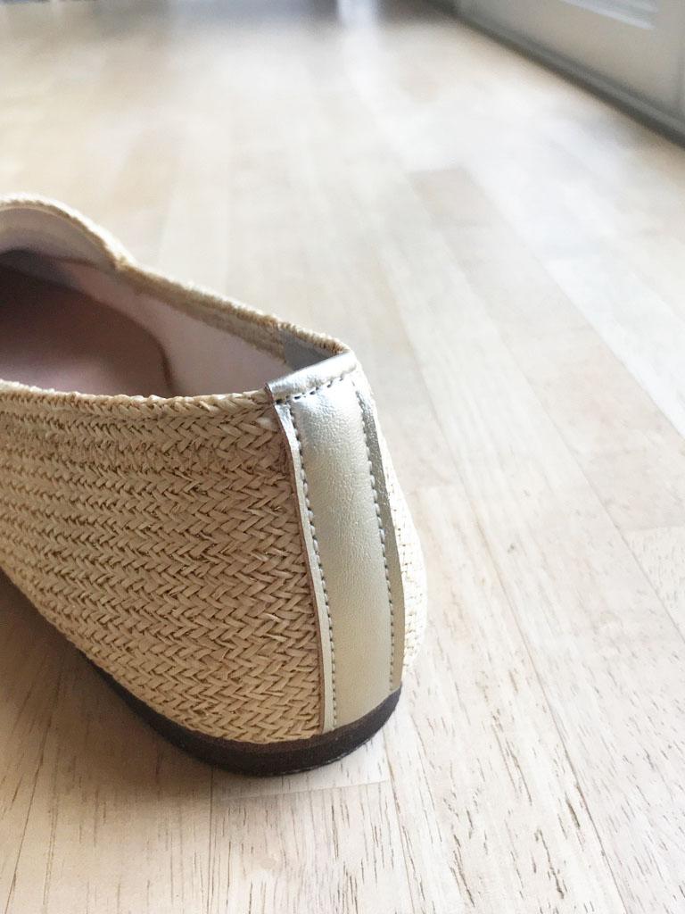 靴の踵部分を補強する素材「タテバチ」を本体の金糸に合わせてゴールドをあしらいました。