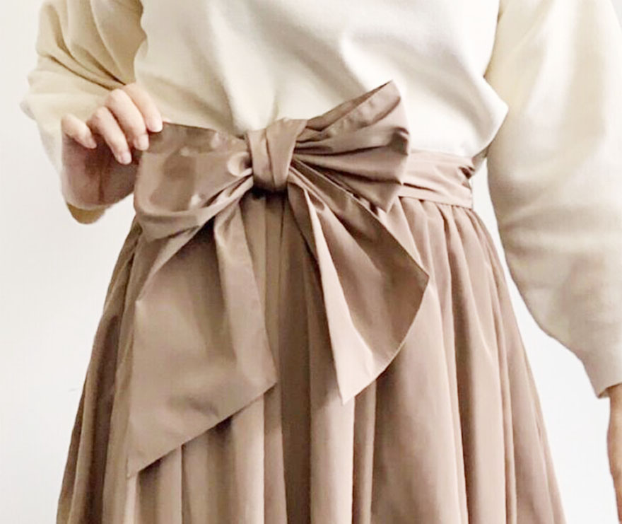 ベージュのスカートに同じベージュのリボンベルトをコーディネート