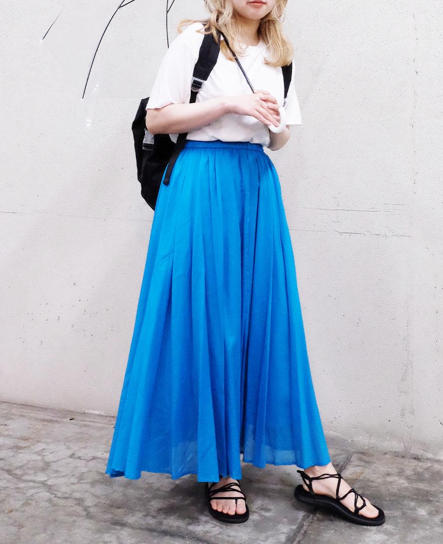 ホワイトのTシャツにブルーのスカートを合わせてさわやかに