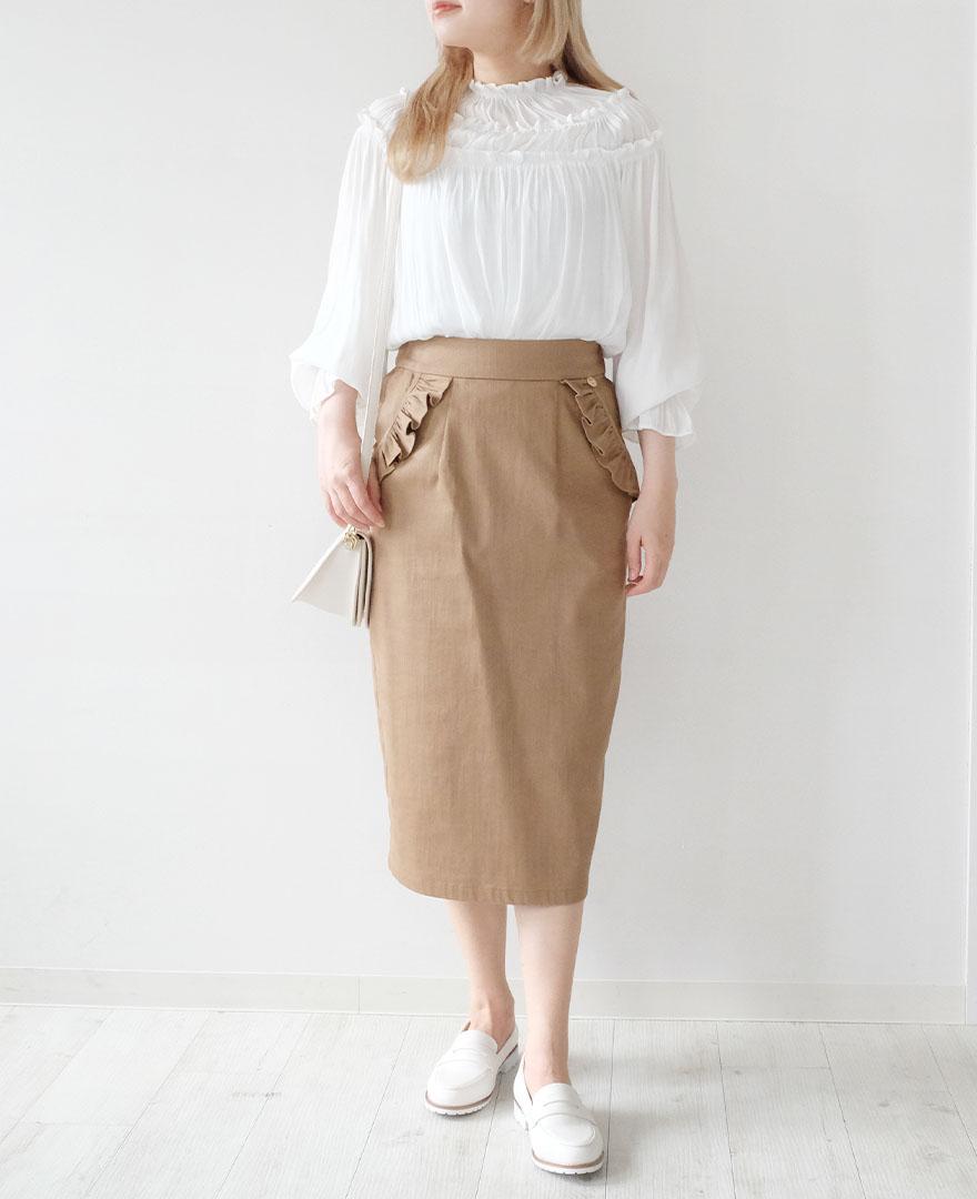 とろみ素材のギャザーブラウスにベージュのタイトスカートを合わせてじょせいらしいコーディネートに