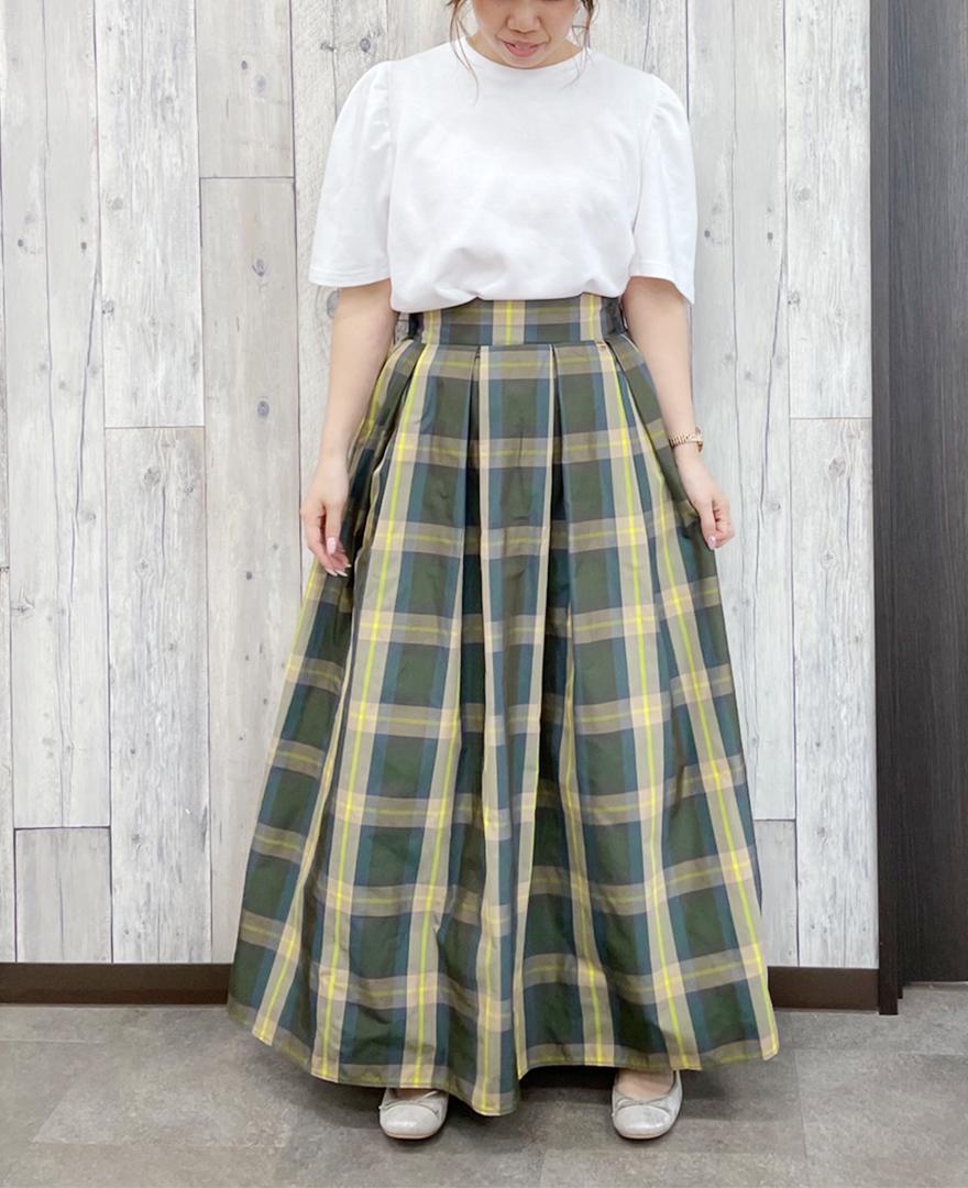 ホワイトのパフスリーブTシャツにイエローのチェック柄スカートをコーディネート