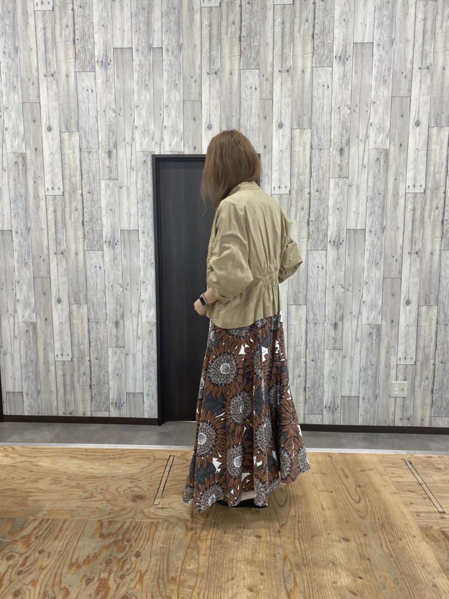ベージュのジャケットとジャンパースカートのコーディネート