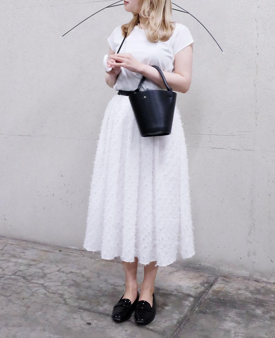 トップスとスカートを白で合わせてさわやかにコーディネート