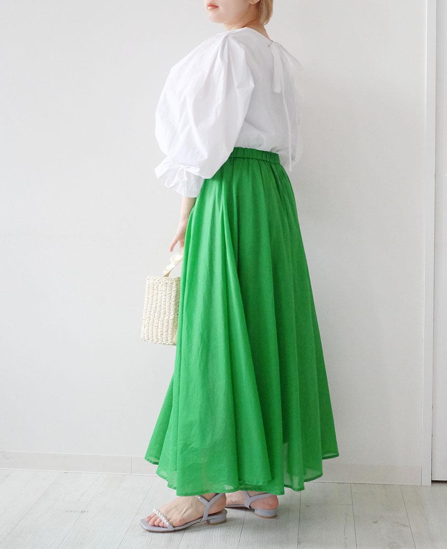 ボリュームたっぷりバックリボンのホワイトブラウスとパキっとしたグリーンのサマースカートで夏らしいコーディネートに