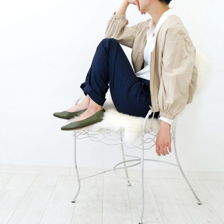 ワークジャケットにはキリッとした印象のネイビーのパンツを合わせて、足元にはカーキを入れることで統一感が出ます。