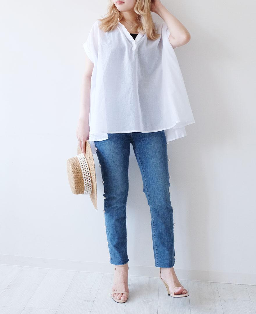 ホワイトのスキッパーシャツとデニムパンツの爽やかなコーディネート
