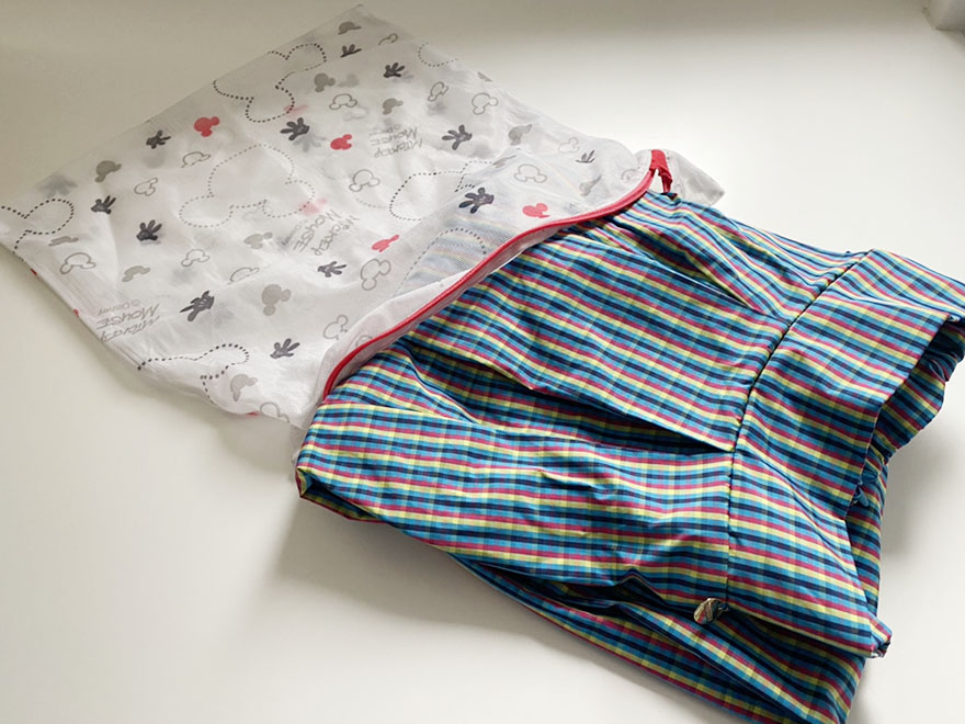 洗濯ネットに入れられるブルーのチェックスカート