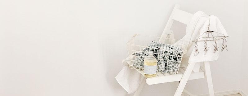 タオルと洗濯ばさみをかけた白い椅子