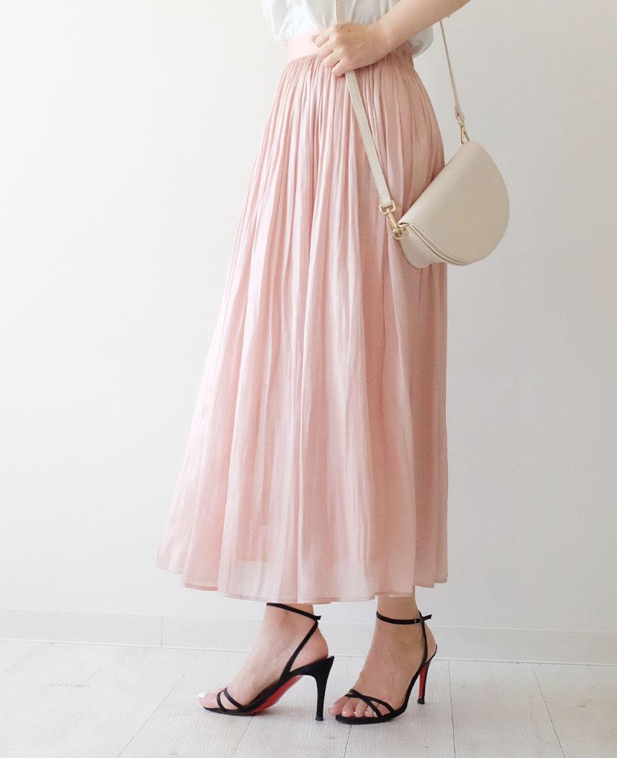 ピンクのギャザースカートに、クリスチャンルブタンのストラップサンダルをコーディネート