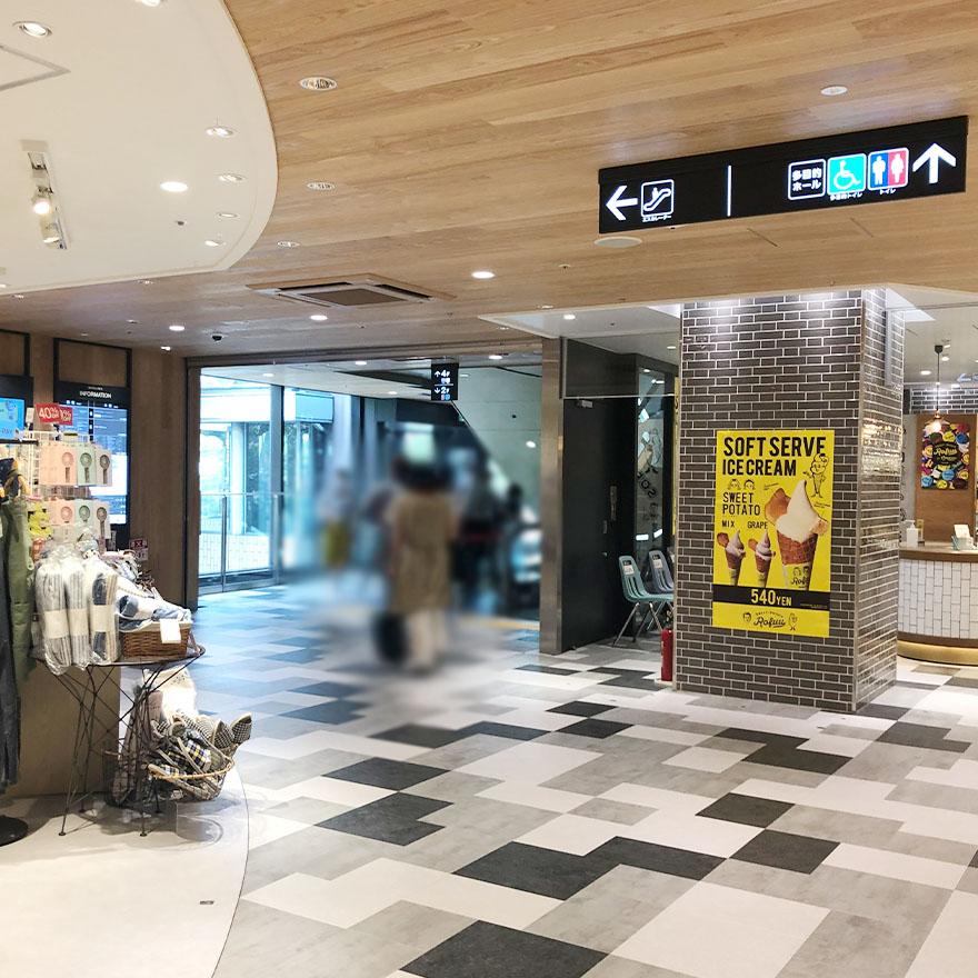 モンテメール芦屋店3階エスカレーター前