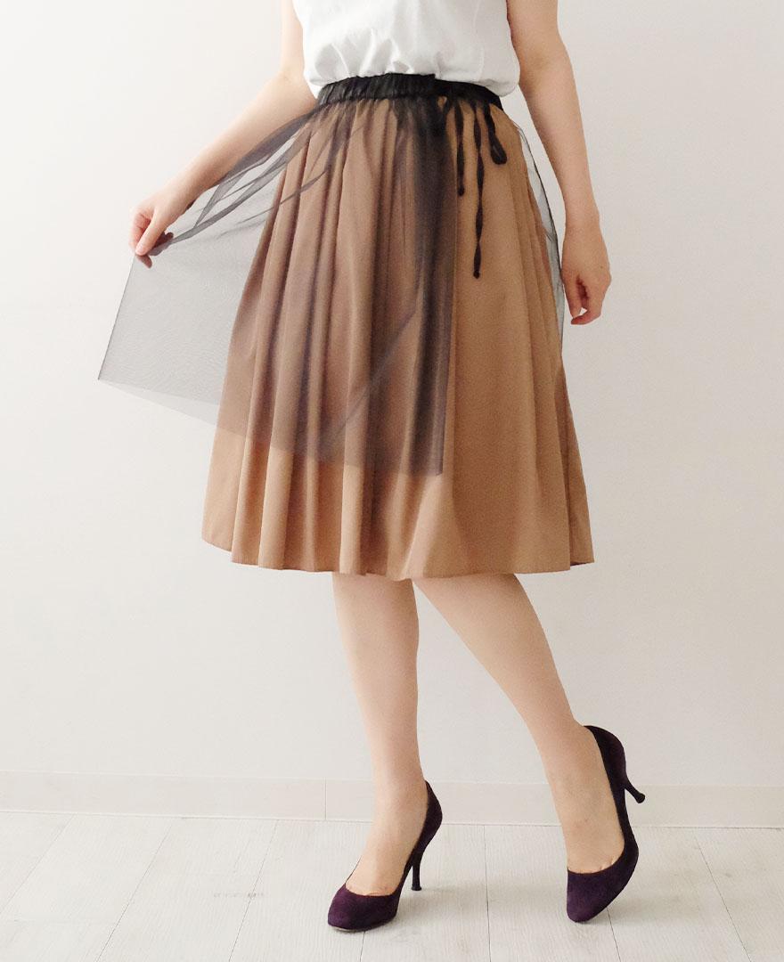 神戸・山の手チュールエプロンスカートのブラックに、神戸・山の手スカートのシナモンをレイヤード