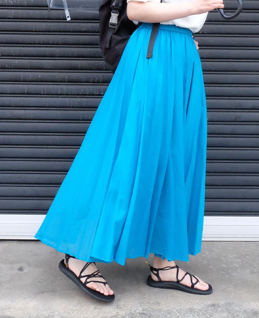 ブルーのマキシスカートに、tevaのサンダルをコーディネート