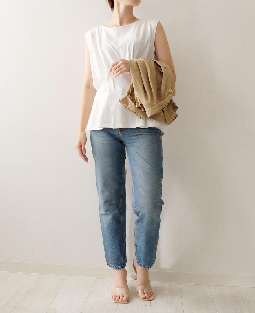 ホワイトのTシャツとデニムに、カジュアルなベージュのジャケットをコーディネート