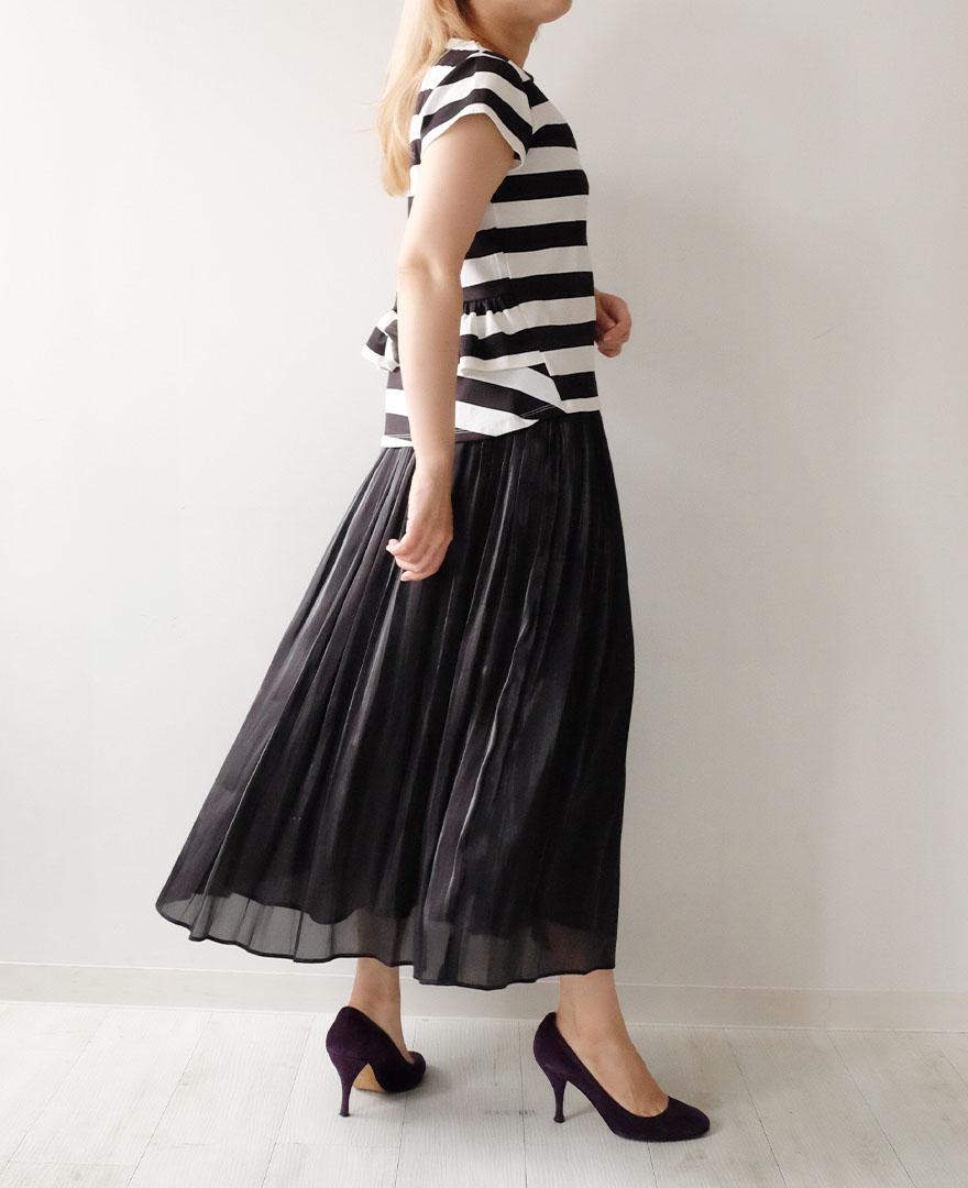 白黒ボーダーのTシャツにブラックのマキシスカートを大人っぽくコーディネート