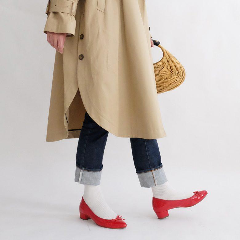 ロールアップしたジーンズに赤いバレエシューズ・白ソックスは誰でも可愛くなれる鉄板のコーディネート。