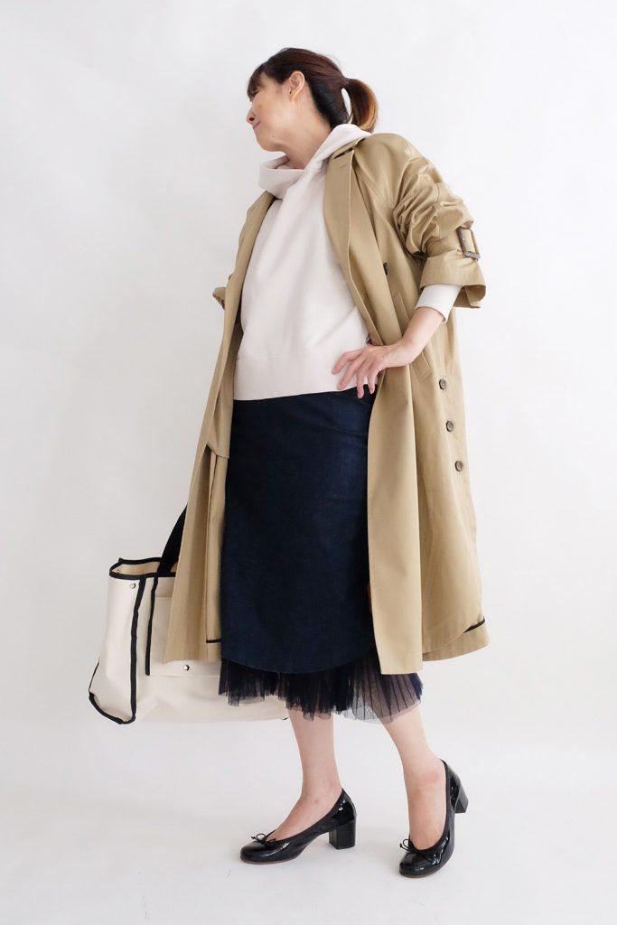 海外セレブっぽい着こなしはドレッシーなアイテムとカジュアルなアイテムをミックスするのがコツ。トレンチコートとタイトスカートにはあえてパーカーとハイヒールのバレエシューズを合わせて柔らかさをプラス。
