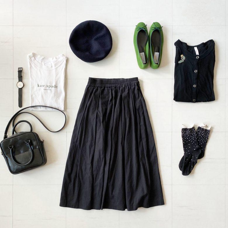ブラックのタックギャザースカートにバレエシューズを合わせるのが大好きです。 白いロゴTシャツとブラックのカーディガン。 小物もブラックのミニバッグとベレー帽。 グリーンのバレエシューズのみを差し色で使ってポイントに。 カラーシューズも他の色を押さえたらとても合わせやすいです。