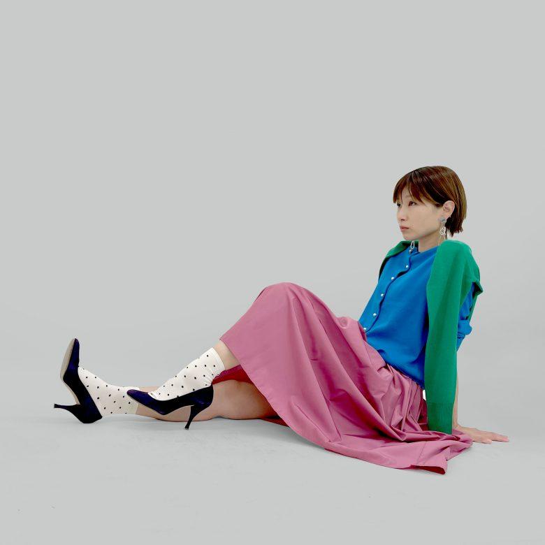 ピンクの山の手スカートにブルーとグリーンのカーディガンをコーディネート