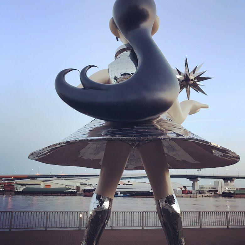 神戸にある兵庫県立美術館海側のオブジェ「サン・シスター」