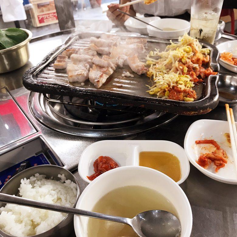 難波に来たついでに大阪・鶴橋から歩いて10分ほどの生野コリアタウンで本場の雰囲気を味わいながらサムギョプサルを食べてみるのはいかが?