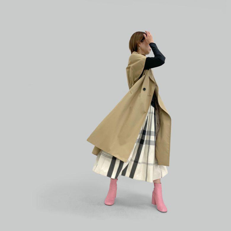 モノトーンチェックのスカートーにベージュのトレンチベストを合わせてかっこよくコーディネート