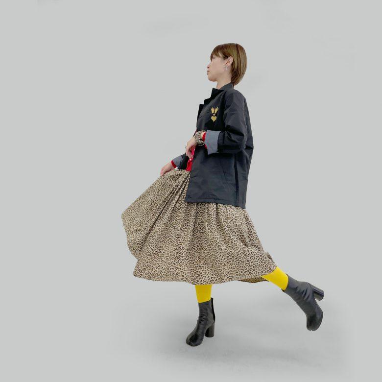 山の手レオパードスカートに赤のカーディガンとブラックのブルゾンを合わせてやんちゃなコーディネートに