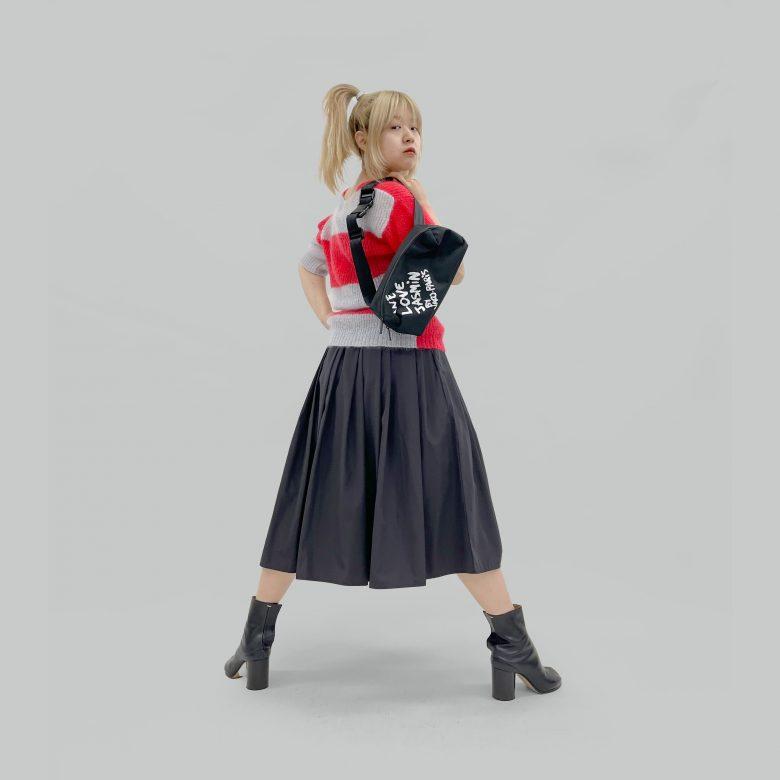 ブラックの山の手スカートに赤のボーダーニットとロゴバッグを合わせてハードなコーディネートに