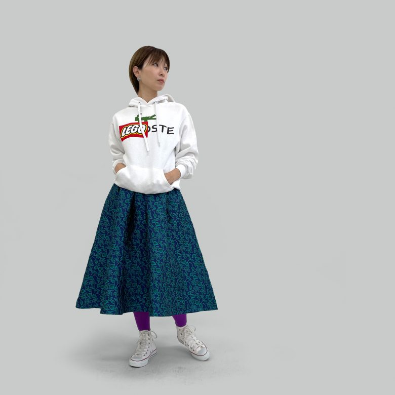 山の手ボタニカルスカートにブラックスコアのパロディパーカーを合わせてお茶目なコーディネートに
