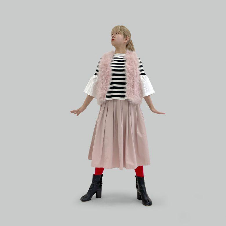ピンクの山の手スカートにボーダーのニットトップスとピンクのファーベストを合わせてゴージャスに