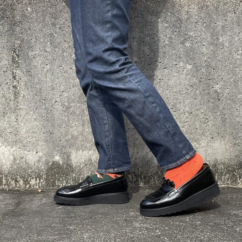 立っているときはぴったりサイズだと思ったのに、歩いてみると踵がパカパカと脱げやすいローファー